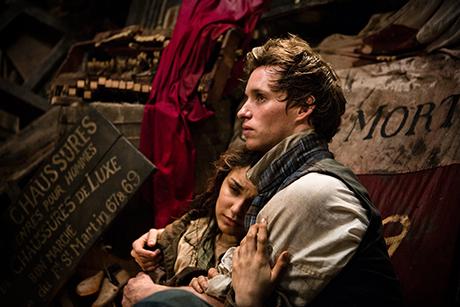 Samantha Barks e Eddie Redmayne em cena de Os Miseráveis
