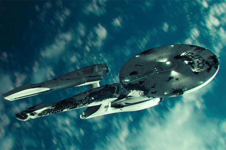 Enterprise sobrevoa a Terra em Star Trek - Além da Escuridão
